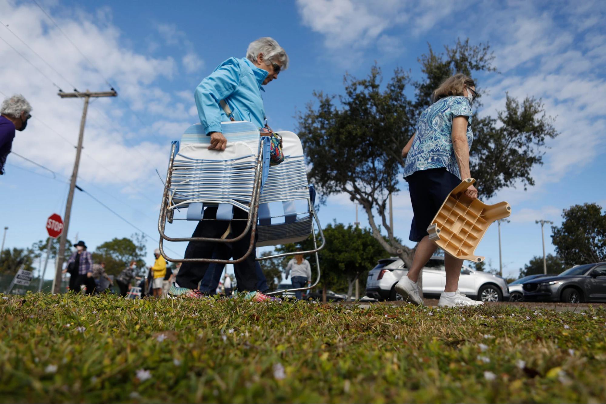 Người dân chuẩn bị kỹ lưỡng cho thời gian chờ đợi lâu khi xếp hàng để nhận vắc-xin Covid-19 tại Khu phức hợp Fort Myers Stars ở Florida (Nguồn: NYTimes)